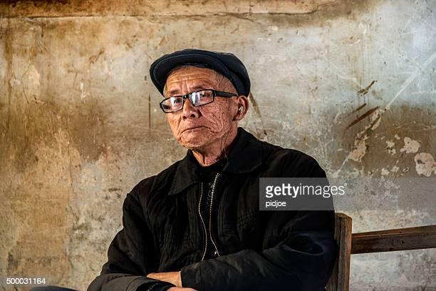 Porträt von alt, senior chinese man, Wegsehen