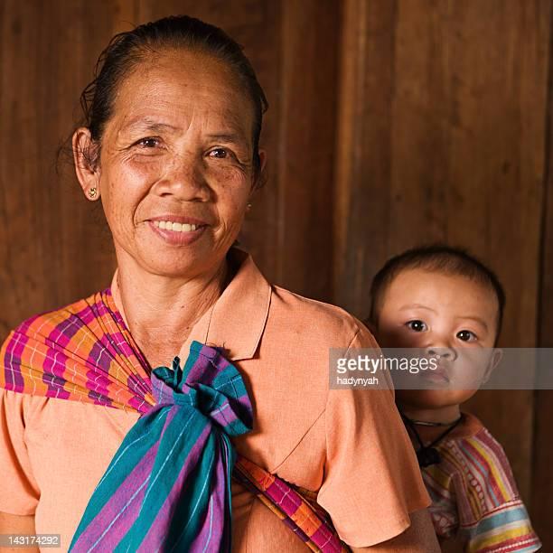Porträt der alten Frau hält ein baby im Norden von Laos