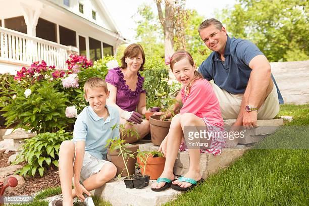 Portrait de Parents et enfants ensemble de jardinage Hz
