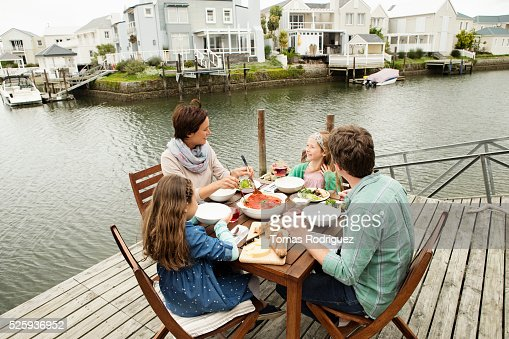 Portrait of parents and girls (6-7), (8-9) eating outdoors : Foto de stock