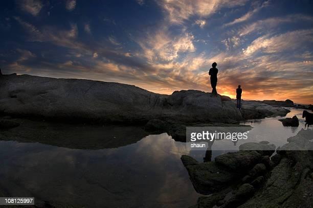 Porträt eines Menschen auf felsigen Küste bei Sonnenuntergang