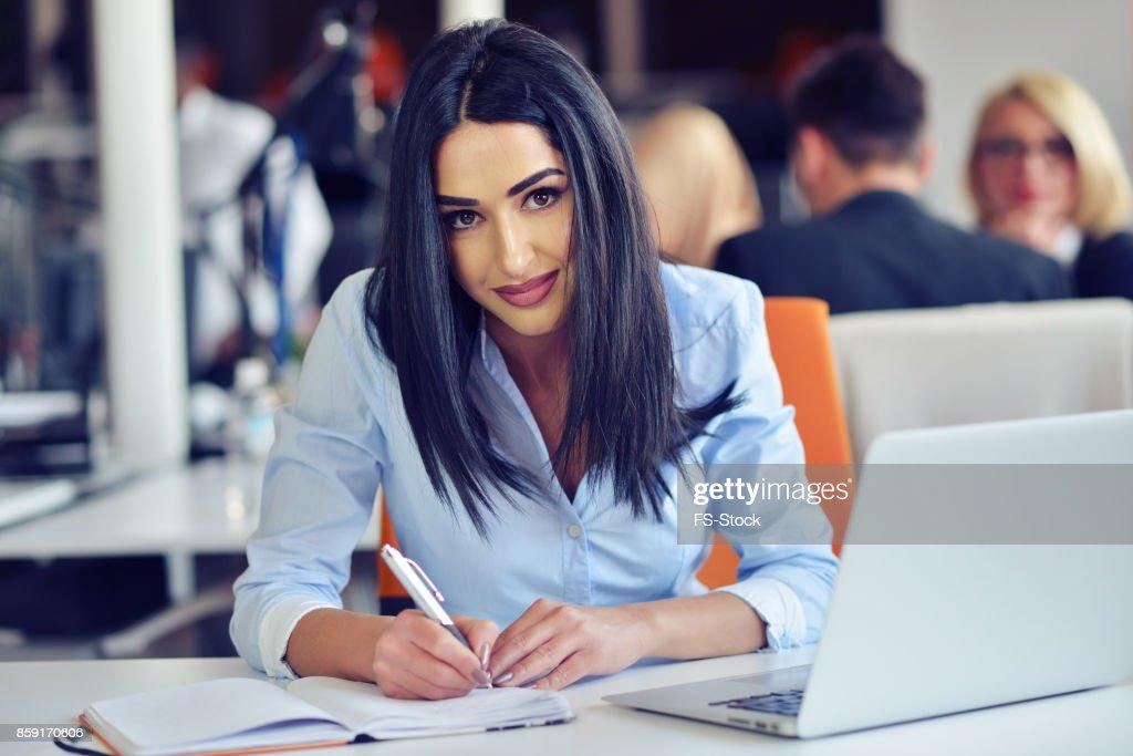Portrait de jolie femme daffaires travaillant dans le bureau et