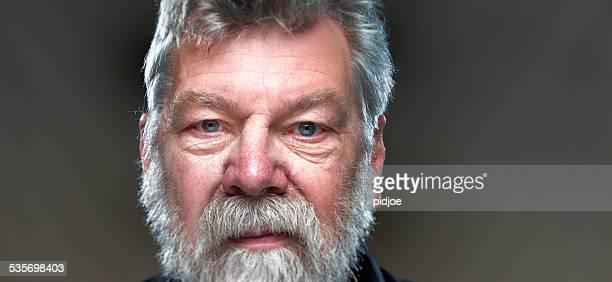 portrait de l'homme à la barbe, regardant directement la caméra