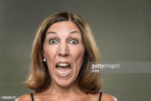 Retrato de mujer real, con grandes ojos, los gritos, mirando asustada