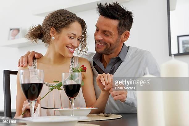 Ritratto di romantica giovane coppia al tavolo da pranzo
