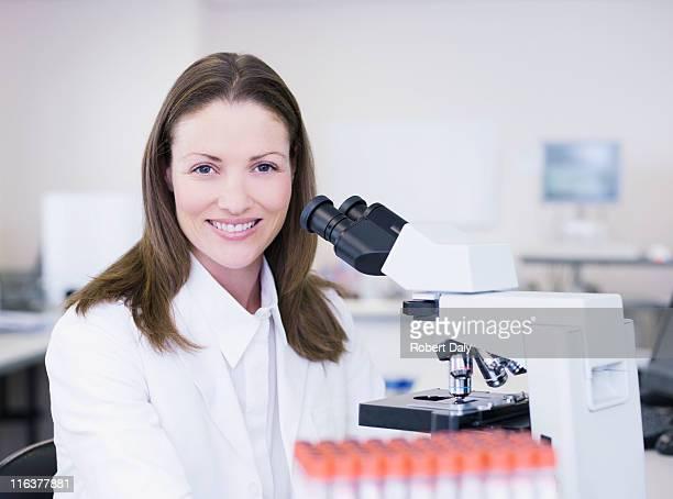 Porträt der Wissenschaftler mit einem Mikroskop im Labor