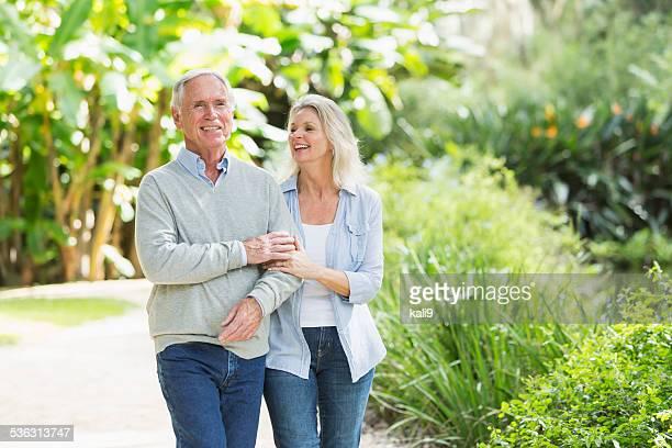 Portrait de couple âgé marche dans le parc