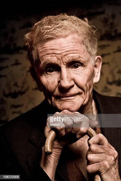 Porträt von Senior Mann Holding Cane