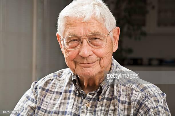 Retrato de hombre senior en entorno natural