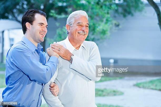 Porträt von alter Mann mit Erwachsenen Sohn