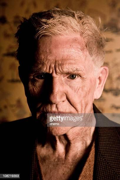 Portrait d'homme Senior avec Visage sans Expression