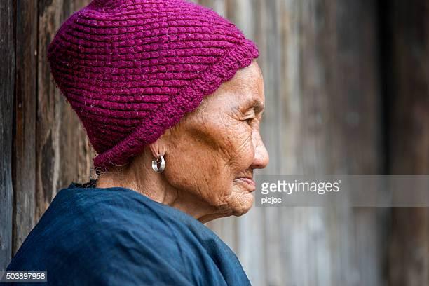 ポートレートのシニアオールド・少数民族女性の人々