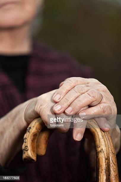 Ritratto di donna anziana con ringhiere, messa a fuoco differenziale