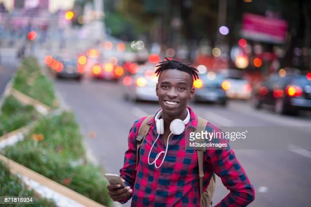 Porträtt av leende Afrikanska tonåring