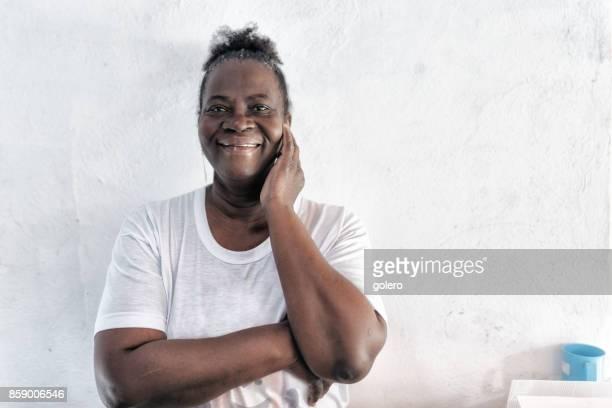 Porträt von lächelnden Afro-brasilianische Frau vor weißer Wand
