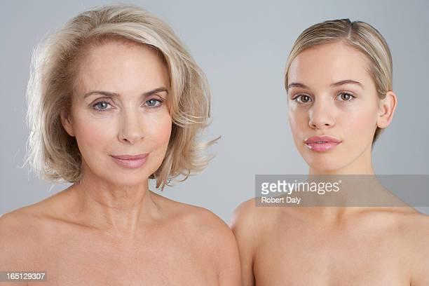 Portrait de souriant nus poitrine mère et fille