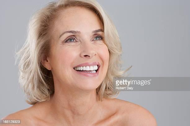 Portrait de femme souriant nus poitrine