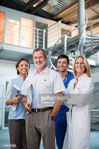 Porträt von lächelnd Geschäftsleute und Wissenschaftler