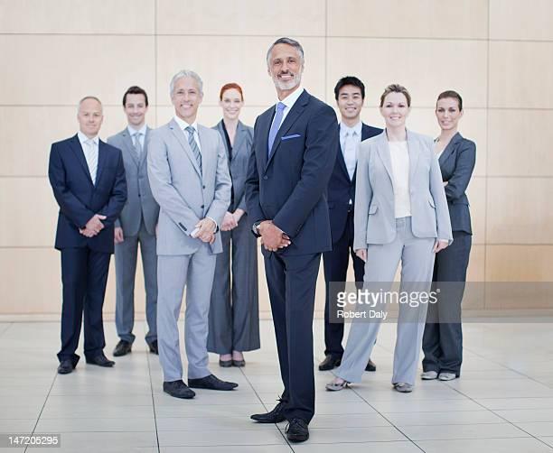 ビジネスの人々のポートレート笑顔のボトムのエスカレーター