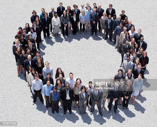 Porträt von lächelnd Geschäft Leute bilden Kreis
