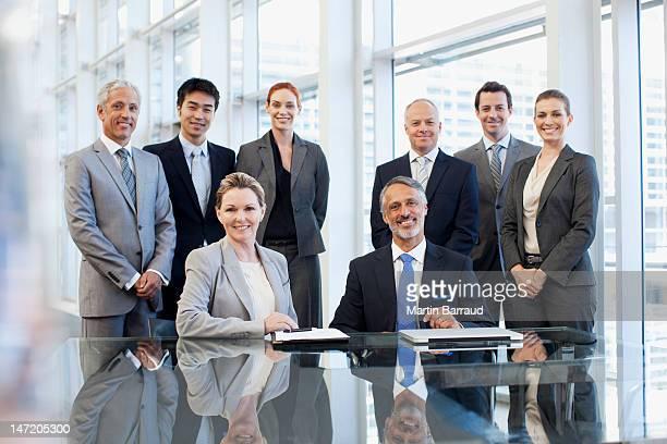 ビジネスの人々のポートレート笑顔でのコンファレンスルーム