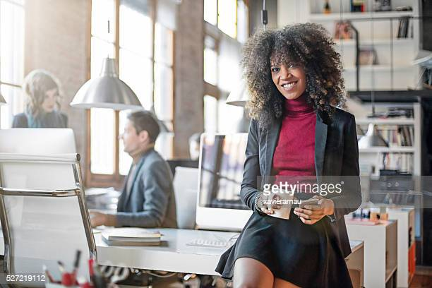 Ritratto di sorridente donna d'affari presso l'ufficio.