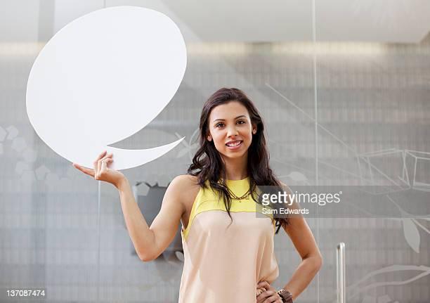Retrato de Mulher de Negócios sorridente segurando discurso de pensamento em desenho animado