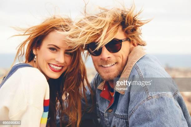 Portrait du couple aux cheveux ébouriffé de sourire
