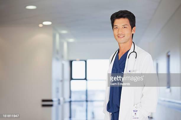 ポートレートの医師、病院の廊下で笑う