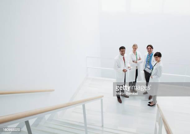 Porträt von lächelnd Ärzte bei der Landung der Treppe