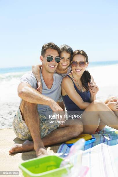 Retrato de uma família sorridente Agarrar na praia