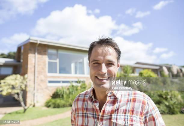 Porträt eines lächelnden Mann außerhalb Haus