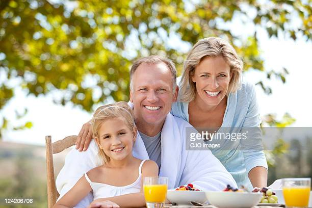 Porträt von lächelnd Älteres Paar Freundschaftliche Verbundenheit mit großer Tochter ov