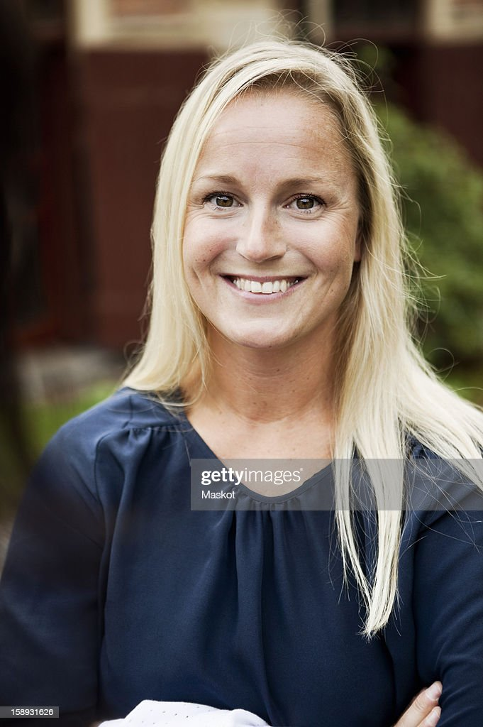 Portrait of smiling mature woman outdoors : Stock Photo
