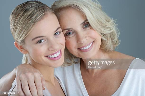 Porträt von lächelnden Mutter und Tochter