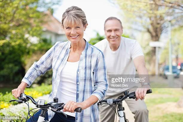 Portrait de souriant couple âgé sur des vélos