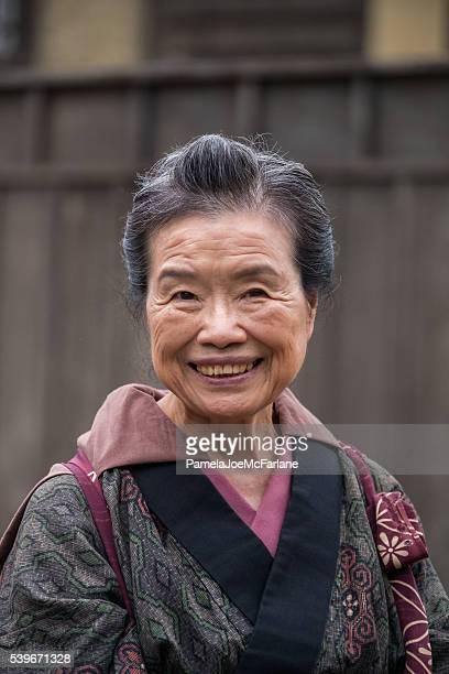 Portrait de souriant, Senior Femme japonaise habillés en Kimono traditionnel