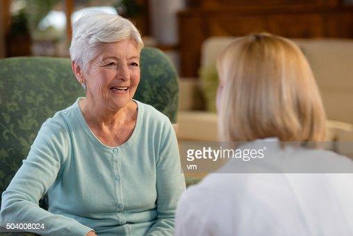 年配の女性のポートレートと笑顔で話している女医