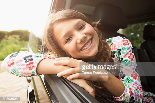 Portrait of smiling teenage girl (13-15) in car : Foto de stock