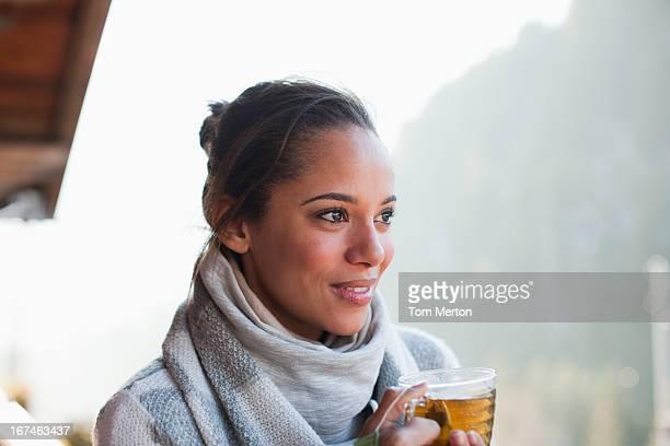 Porträt eines lächelnden Frau trinkt Tee