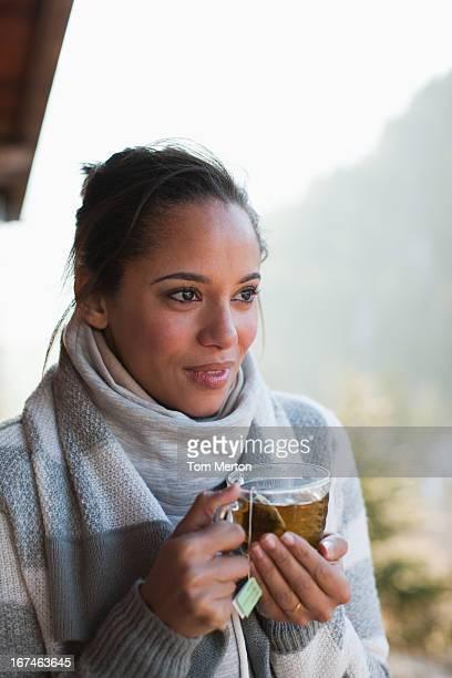 笑顔の女性のポートレートを飲むティー