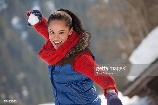 Porträt der lächelnde Frau werfen Schneeball
