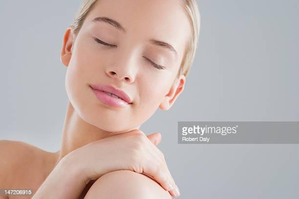 Ritratto di donna sorridente con gli occhi chiusi