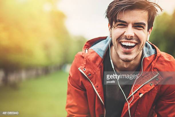 笑う若い男性のポートレート、屋外