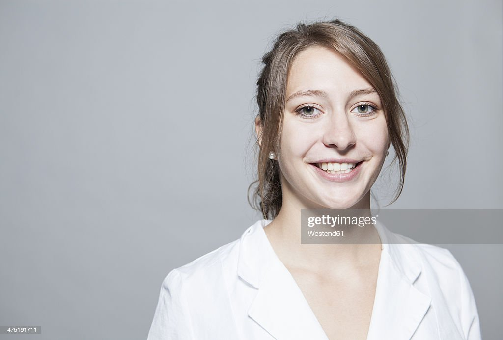 Portrait of smiling young woman, close-up
