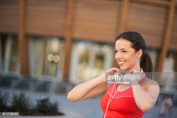 Porträtt av ung kvinna som sportig.