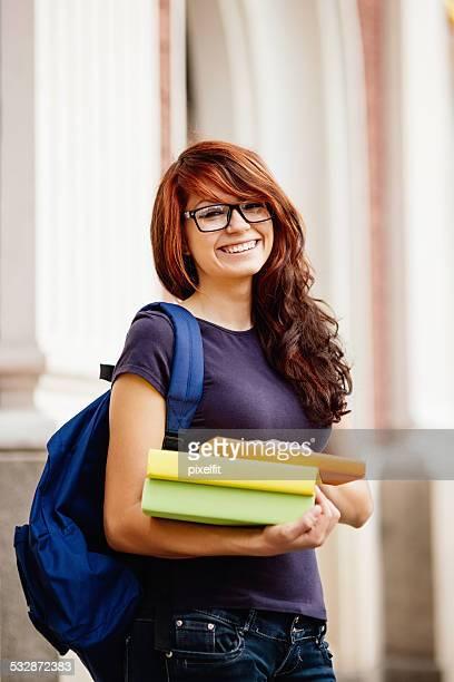 Portrait de la fille de l'étudiant avec des livres