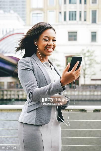 Porträt des erfolgreichen Geschäftsfrau mit Smartphone im Freien