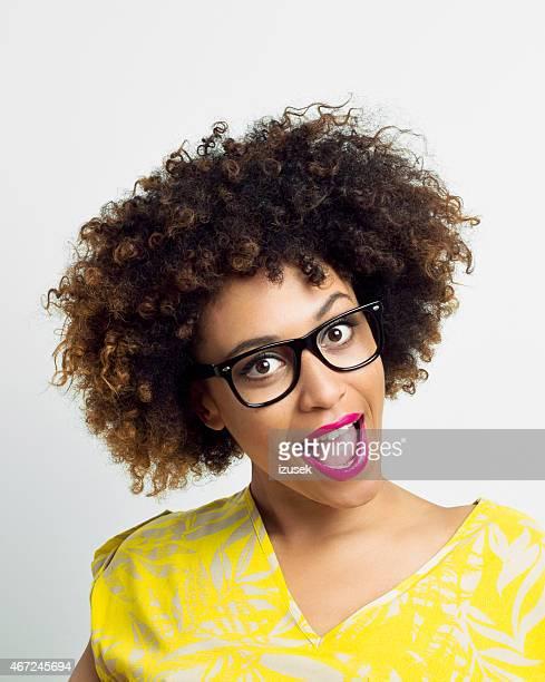 Porträt von überrascht Afro-American junge Frau