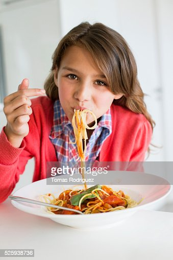Portrait of teenage girl (13-15) eating spaghetti : Stock-Foto